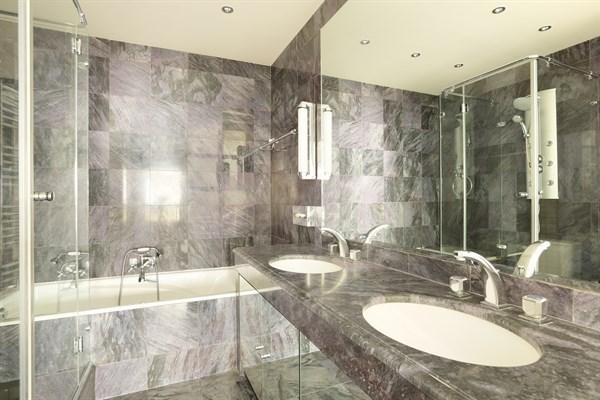 appartement de luxe avec balcon et 3 chambres double trocad ro paris 16 me delacroix l. Black Bedroom Furniture Sets. Home Design Ideas