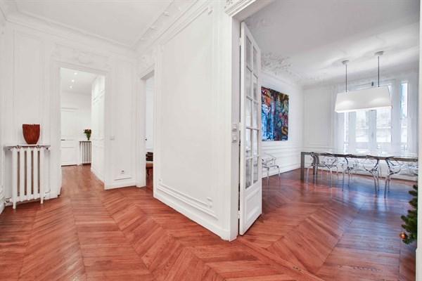 Appartement grand luxe de 3 chambres doubles en face du for Appart hotel paris location au mois