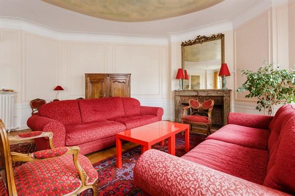 Appartement de prestige 4 chambres et balcon filant rue for Appart hotel paris location au mois