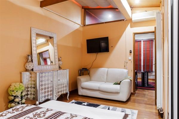 Splendido appartamento di 2 ampie stanze vicino ai celebri for Stanze arredate